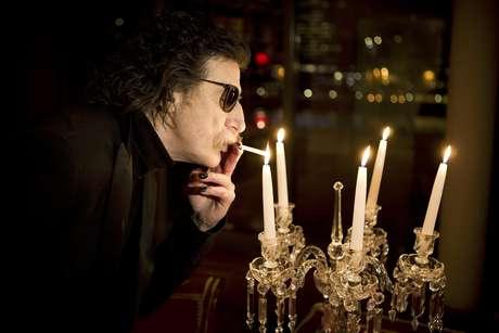 El rockero argentino Charly García enciende un cigarrillo previo a una entrevista en Buenos Aires, Argentina, el miércoles 14 de agosto del 2013. García, cuya vasta carrera ayudó a definir e inspirar el rock en Latinoamérica, actuará en el emblemático Teatro Colón de Buenos Aires el 23 y 30 septiembre.