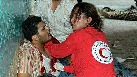 """""""O mais terrível é não ser capaz de ajudar as pessoas. Quando se é inútil. E ontem (quarta-feira) foi o pior dia de que me lembro"""", contou Salma Bahgat, voluntária do Crescente Vermelho no Egito."""