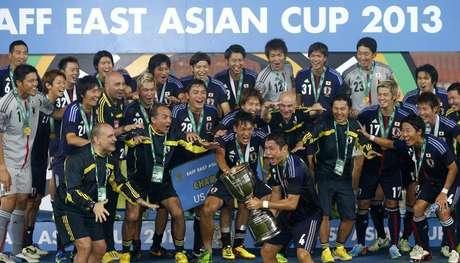 Jogadores e treinadores da seleção japonesa de futebol celebram vitória na Copa da Ásia Oriental, em Seoul, Coréia do Sul, 28 de julho de 2013. O Japão, atual campeão asiático, vai participar da Copa América no Chile em 2015 como convidado, disse a Conmebol neste sábado. 28/07/2013