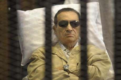 <p>Ex-presidente egípcio, Hosni Mubarak, dentro de cela em tribunal no Cairo, em 2012; Justiça do Egito o inocentou da acusação de cumplicidade na morte de manifestantes nos protestos de 2011</p>