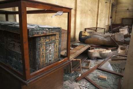 <p>Objetos do período faraônico são vistos no chão e em vidros quebrados dentro de museu de antiguidades na localidade de Minya, no Egito</p>