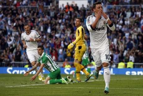 Ozil estará en el once inicial de Ancelotti en su estreno en el Bernabéu.