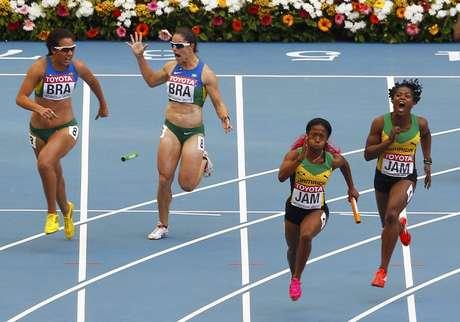 <p>Na passagem de Franciela Krasucki para Vanda Gomes, o bastão caiu e o Brasil foi desclassificado da briga por medalhas no 4x100 m rasos</p>