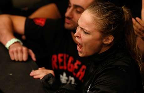 <p>Gamburyan contou com a ajuda da campeã Ronda na beira do octógono</p>
