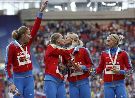 <p>Rhyzova (à esquerda) e Firova se beijaramno pódio do 4x400 m feminino</p>