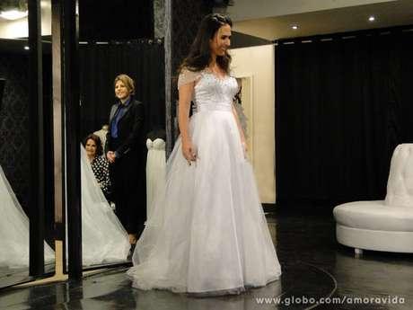 <p>Valdirene escolhe um vestido comportado e carona loja de Edith; sem dinheiro, noivo que arcacom o prejuízo</p>