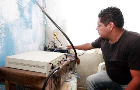 Homem opera equipamento emprestado para teste, que opera 11 linhas simultâneas. Diante do sucesso, habitantes do povoado decidiram comprar seu próprio equipamento com capacidade para 35 linhas simultâneas