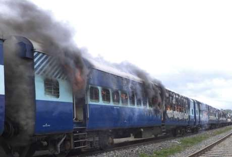 Multidão ateou fogo ao trem depois que ele atropelou um grupo de peregrinos