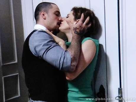 <p>Edith não resiste e se entrega ao mordomo, na novela'Amor à Vida'</p>