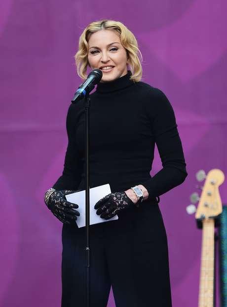 <p>A cantora Madonna, de 55 anos, adota luvas para esconder as marcas do tempo nas mãos</p>