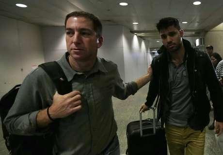 <p>Ao chegar ao Brasil,&nbsp;David (dir.) foi recepcionado por seu companheiro, o jornalista Glenn Greenwald</p>