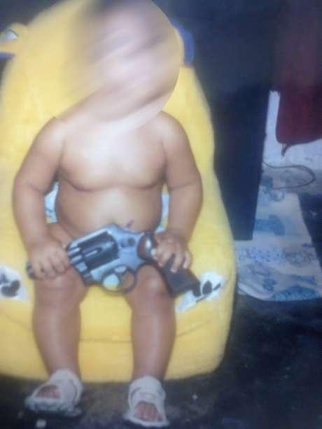 Foto de bebê segurando uma arma foi encontrada na casa de um dos suspeitos presos em Fortaleza (CE)