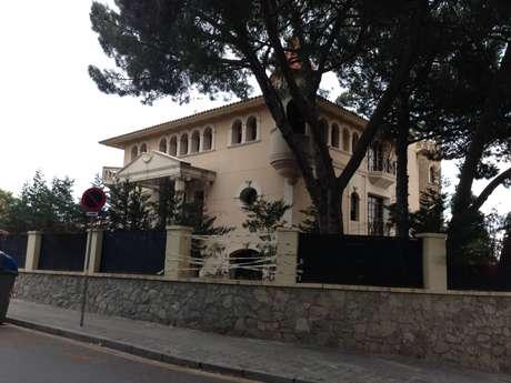 <p>Mansão na região em que vive Neymar tem formato de castelo e foi lacrada pela justiça espanhola</p>