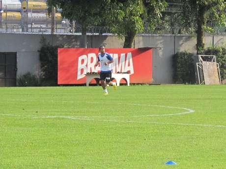 <p>Everton Costa realizou nesta ter&ccedil;a o primeiro treino no CT Rei Pel&eacute;; atacante ainda aguarda por finaliza&ccedil;&atilde;o de burocracias contratuais</p>
