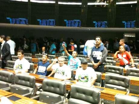 Manifestantes chegaram a sentar nas cadeiras reservadas aos parlamentares