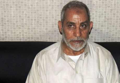 O líder da Irmandade Muçulmana em delegacia de polícia nesta terça-feira