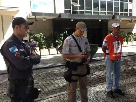 <p>Equipe do programa Lixo Zero é composta por um agente da Comlurb, um guarda municipal e um PM</p>