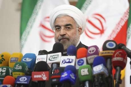 Presidente do Irã, Hassan Rohauni, fala durante coletiva de imprensa em Teerã. Rouhani ainda está decidindo quem vai liderar as negociações do Irã com as potências mundiais sobre o programa nuclear iraniano, disse o Ministério das Relações Exteriores nesta terça-feira, mais de dois meses após a eleição do clérigo moderado. 17/06/2013.