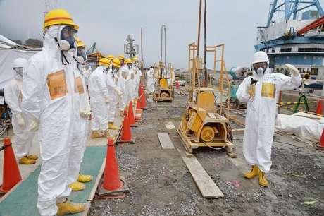 Membros do município de Fukushima inspecionam o local da contrução de uma barreira costeira, cuja intenção é parar o vazamento de água radioativa ao mar, próxima aos reatores da usina nuclear de Fukushima, avariada por um tsunami, no Japão. Água com altos níveis de radiação está vazando de um tanque da usina nuclear japonesa de Fukushima, no mais sério revés para os trabalhos de recuperação no local do pior acidente nuclear das últimas décadas no mundo. 6/08/2013.