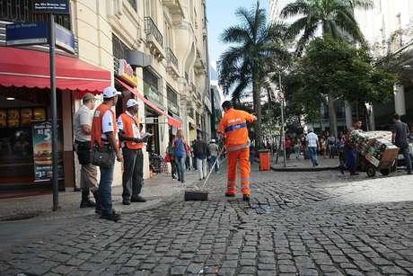 Na manhã desta terça-feira, garis e funcionários da Guarda Militar já faziam a fiscalização nas ruas do centro