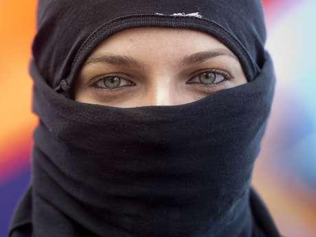 <p>Sorridente, ela disse não entender o fato de que seus olhos claros, esverdeados, possam ter o poder de torná-la uma espécie de sex symbol das manifestações</p>