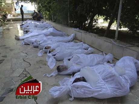 Fotografía facilitada por el Comité Local de Arbeen que muestra los cuerpos sin vida de varios sirios tras un supuesto ataque con gases tóxicos perpetrado por las fuerzas de seguridad sirias en Arbeen a las afueras de Damasco