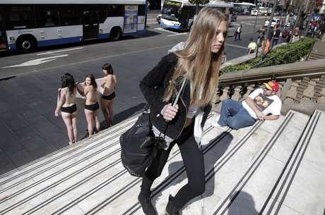 Modelo passa por ativistas durante protesto