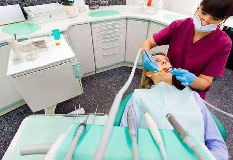 la caries es una enfermedad contagiosa que se transmite de persona a persona a través de la saliva