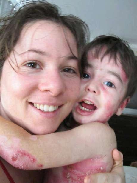 <p>Theo, que completa 4 anos nesta quarta, ao lado da mãe</p>
