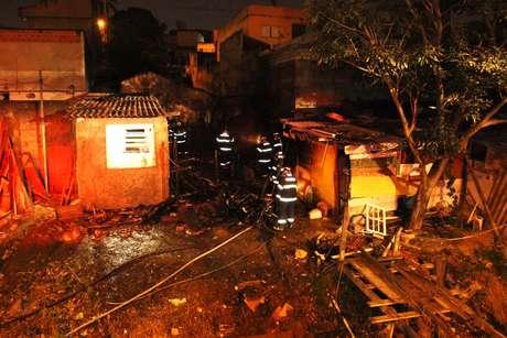O incêndio atingiu a favela no início da madrugada desta quarta