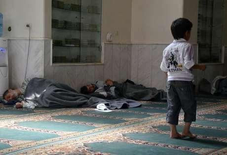 Sobreviventes do que ativistas dizem ter sido um ataque com gás venenoso dormem em uma mesquita do bairro de Duma, em Damasco. O grupo de oposição sírio Escritório de Mídia de Damasco disse que 494 pessoas morreram em um bomboardeio e um ataque com gás realizados pelas forças do presidente Bashar al-Assad nesta quarta-feira, no que seria, se confirmado, de longe o pior relato de uso de armas químicas nos dois anos de guerra civil. 21/08/2013.