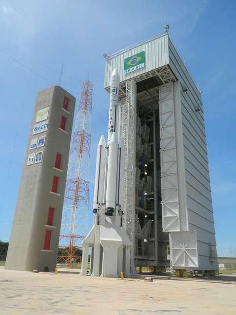 O VLS-1 na torre durante a Operação Salina, que marcou o o reinício das atividades relacionadas ao veículo lançador de satélites nacional