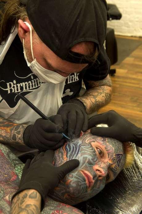 <p>Tatuadores usaram ferramentas de dentistas para esculpir sulcos na face, criando efeitos em alto relevo</p>