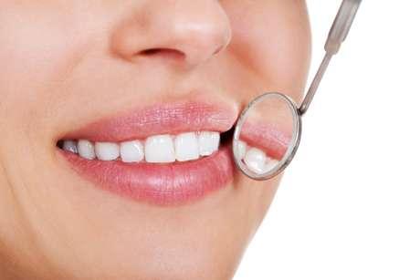 <p>Existen varias maneras adecuadas de blanquear sus dientes.</p>