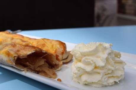 <p>O apfelstrudel tem recheio suave que combina maçã, canela, nozes e uvas passas</p>