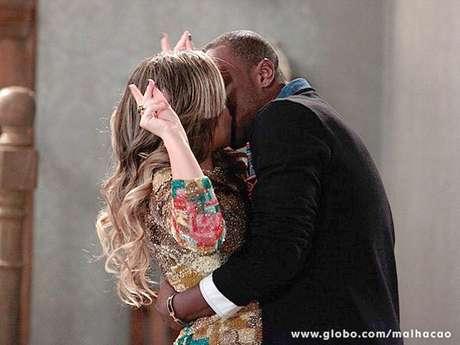 <p>Ela tenta resistir ao beijo</p>