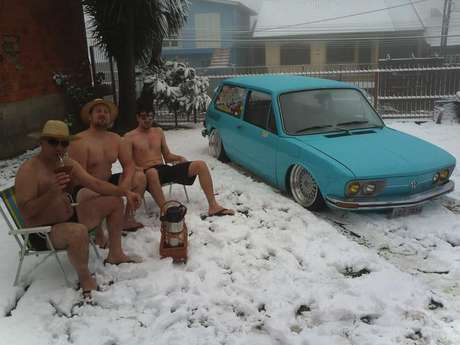 <p>Selvino, Anderson e Daniel tiraram fotografia só de bermuda e chinelo na neve em Caxias do Sul e viraram sucesso na internet</p>