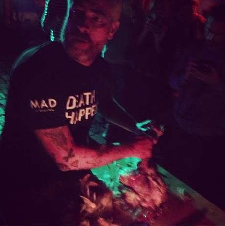 <p>Atala matou a galinha durante a palestra intitulada Death Happens&nbsp;(a morte acontece, em portugu&ecirc;s)</p>