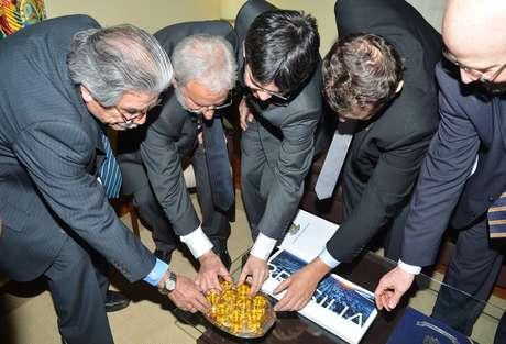 <p>O embaixador da Bolívia no Brasil, Jerjes Justiniano Talavera, recebe o deputado Ivan Valente, o senador Randolfe Rodrigues, o deputado Elvino Bohn Gass, e o deputado Cláudio Puty, em reunião na Embaixada da Bolívia</p>