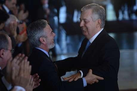 Antonio Patriota (E) transmitiu o cargo de ministro das Relações Exteriores a Luiz Alberto Figueiredo Machado (D)