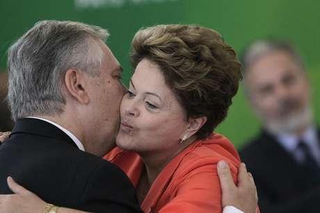 <p>Dilma abraça novo ministro das Relações Exteriores Luiz Alberto Figueiredo durante cerimônima de posse no Palácio do Planalto</p>