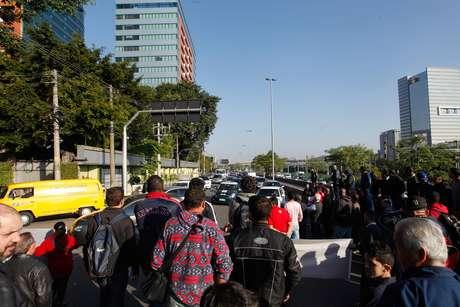 Manifestantes fecharam a pista local da Marginal Pinheiros nesta quarta-feira, em protesto