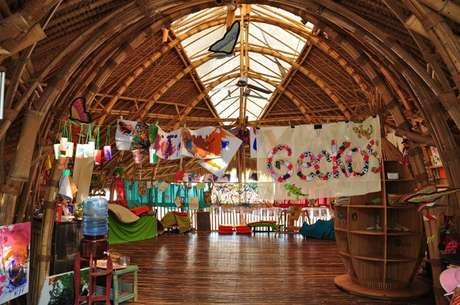 <p>Na Green School, em Bali, na Indonésia, alunos de diferentes nacionalidades convivem com cores, sons, árvores e animais</p>