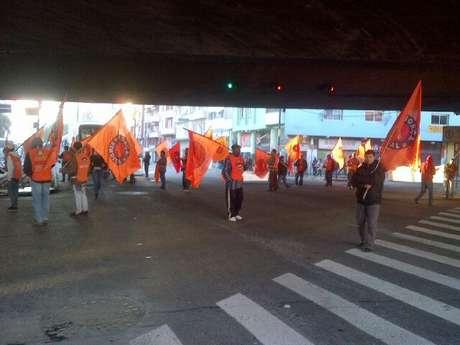 Manifestantes bloquearam vias nas proximidades da estação rodoviária de Porto Alegre na manhã desta sexta-feira