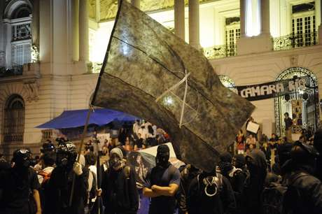 Manifestantes Black Block se concentram para manifestação na Cinelândia, em frente à Câmara dos Vereadores, no centro do Rio de Janeiro