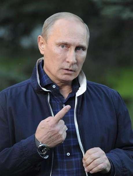 """Presidente russo Vladmir Putin fala a jornalistas em Vladivostok, na Rússia. Putin disse no sábado que seria uma """"grande bobagem"""" do governo sírio usar armas químicas, no momento em que ele está vencendo a guerra contra os rebeldes, e pressionou o presidente dos EUA, Barack Obama, a não atacar as forças sírias. 31/08/2013"""