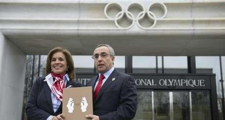 Ana Botella y Alejandro Blanco, entregando el dossier