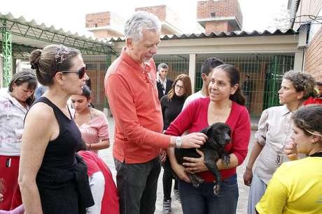 Prefeito José Fortunati (centro) e primeira-dama Regina Becker (esq.) participam de ação de resgate de cães e gatos