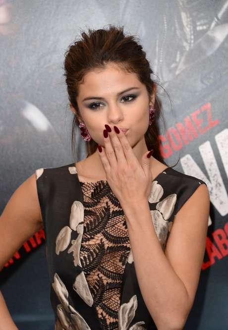 <p>Selena Gomez apostou em unhas pontiagudas e vermelhas</p>