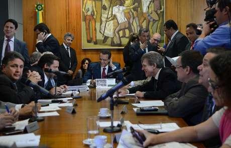 <p>Reunião de líderes partidários com o presidente da Câmara, Henrique Eduardo Alves, para definir a pauta de votações da semana</p><p></p>